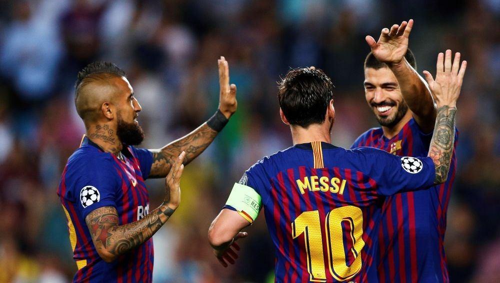 68ae46a9ed Messi celebra con Suárez y Arturo Vidal un gol ante el PSV