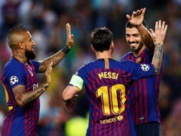 Messi celebra con Suárez y Arturo Vidal un gol ante el PSV