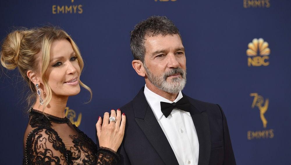 Antonio Banderas en los Emmy 2018 junto a su pareja, Nicole Kimpel