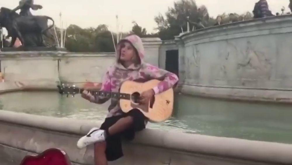Justin Bieber le dedica una serenata a Hailey Baldwin en las calles de Londres