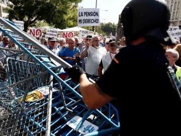 Tensión entre pensionistas y antidisturbios frente al Congreso