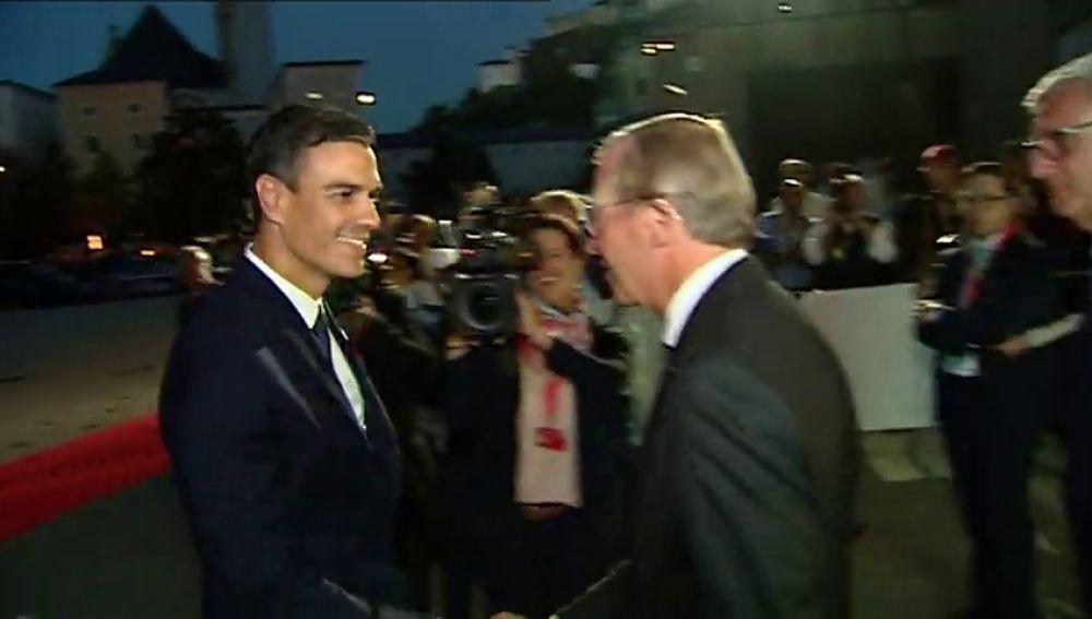 Sánchez guarda silencio a su llegada a Austria sobre las explicaciones sobre su tesis que el PP le forzará a dar en el Senado