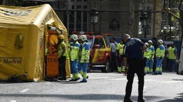 Efectivos de emergencias en las cercanías del hotel Ritz