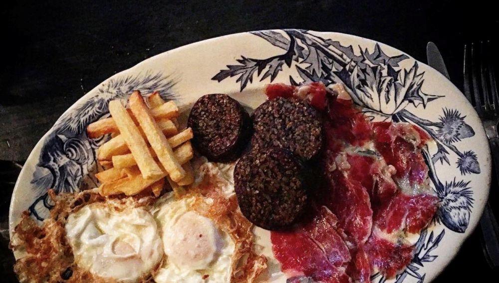 Un buen plato de huevos con patatas... y más cosas.