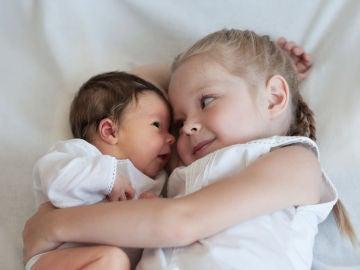 Una niña se niega a separarse de su hermana recién nacida