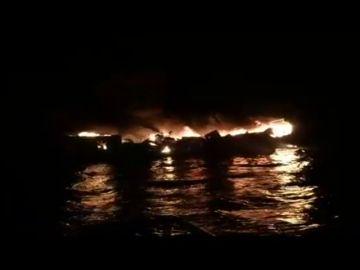Cinco marineros se salvan de una barca ardiendo