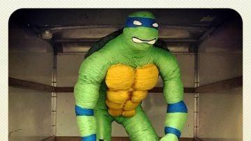 Fotografía facilitada por Mateo Blanco, creador de una tortuga ninja de dos metros y hecha con lana