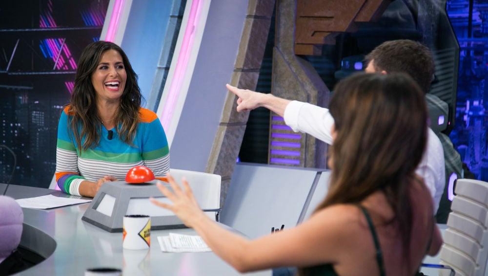 """Pablo Motos, Nuria Roca y Adriana Ugarte analizan el baile de la colaboradora en 'El Hormiguero 3.0': """"Un aplauso de consolación"""""""