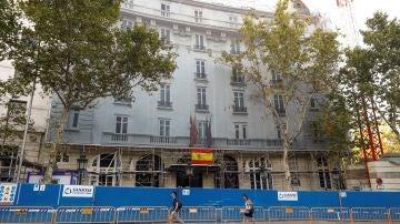 Fachada del Hotel Ritz donde hoy prosiguen los trabajos de bomberos