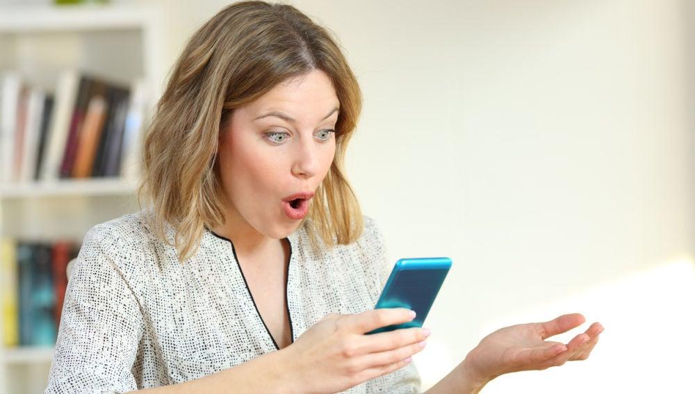 Mujer sorprendida con mensaje