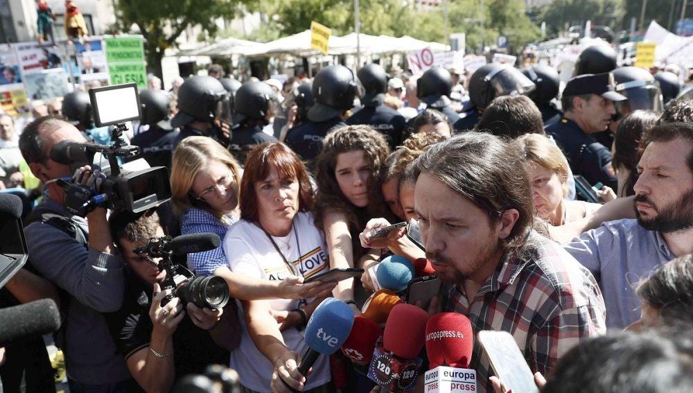 Pablo Iglesias junto a los pensionistas