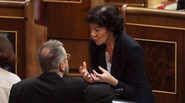 El portavoz de Ciudadanos en el Congreso de los Diputados, Juan Carlos Girauta, y la ministra de Educación y Formación Profesional, Isabel Celáa