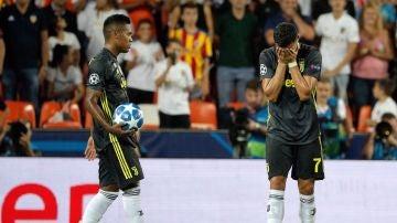 Cristiano Ronaldo se lleva las manos a la cara tras ser expulsado en Mestalla