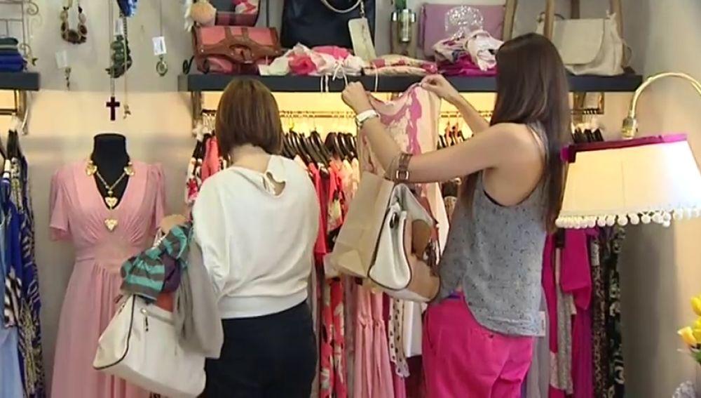 El Gobierno de Castilla y León propone que las tiendas cobren a los clientes por probarse la ropa