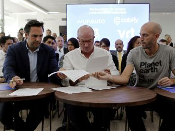 El presidente de Unauto VTC, Eduardo Martín; el secretario general de FeSMC-UGT, Miguel Ángel Cilleros; y el consejero delegado de Cabify, Juan de Antonio.