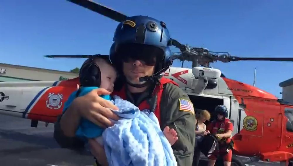 Miles de personas siguen aisladas a la espera de ser rescatadas tras el paso del huracán 'Florence'