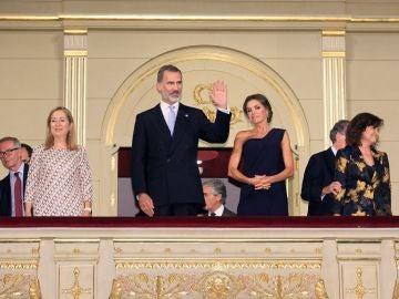 Los Reyes, recibidos con ovación a su regreso a la apertura de temporada del Teatro Real