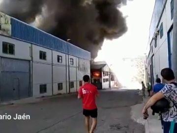 Un incendio destruya una nave de sofás en Martos, Jaén
