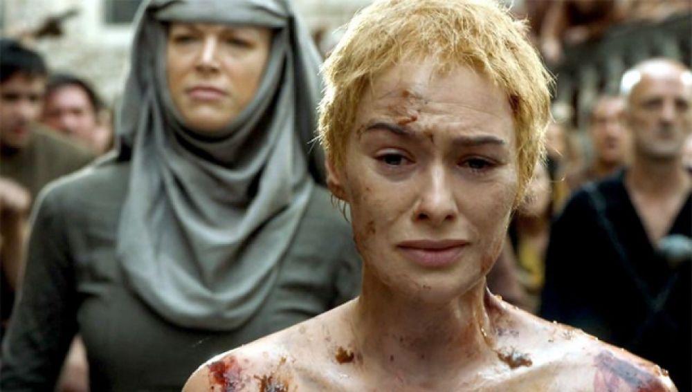 Cersei en el final de la quinta temporada con septa Unella