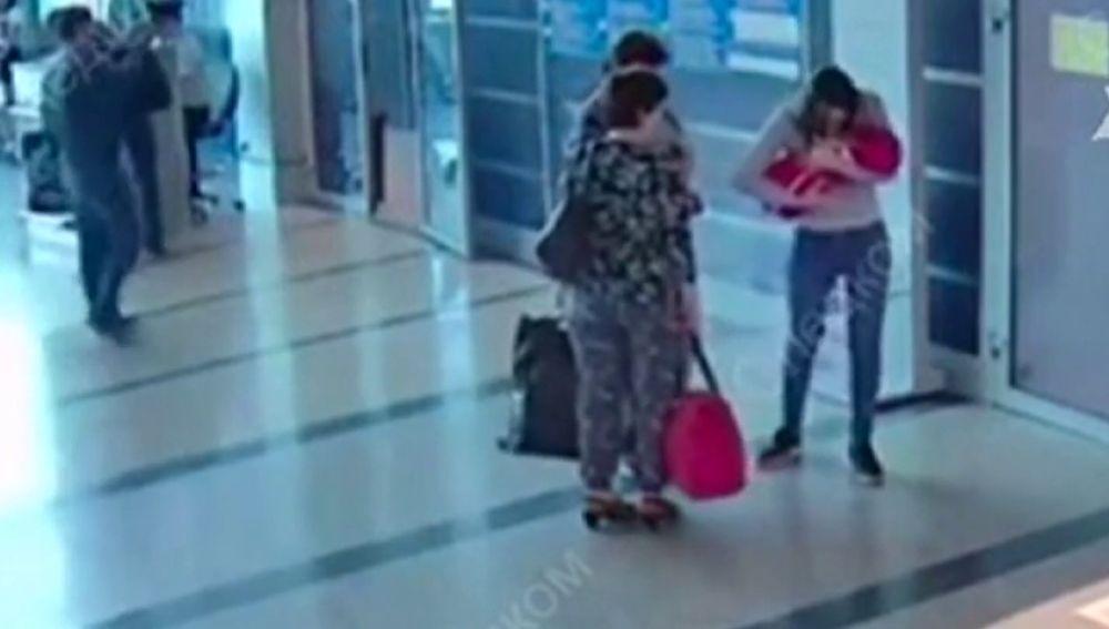 Una joven vende a su hijo a otra mujer y las cámaras de seguridad del aeropuerto la delatan.