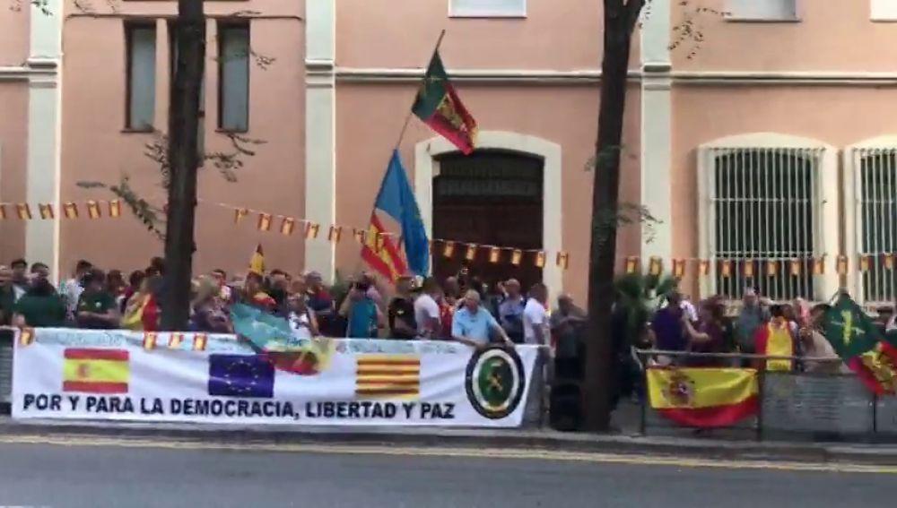Un centenar de personas da su apoyo a la Guardia Civil frente a la comisaría en Travessera de Gràcia