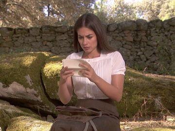 Elsa descubre el contenido de las cartas de amor de su hermano y Antolina