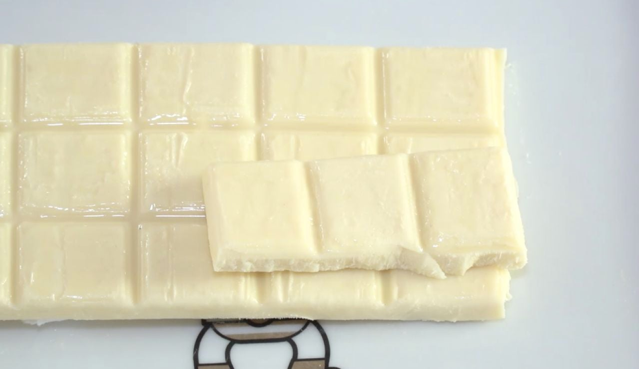 Una tableta de fudge de chocolate blanco.