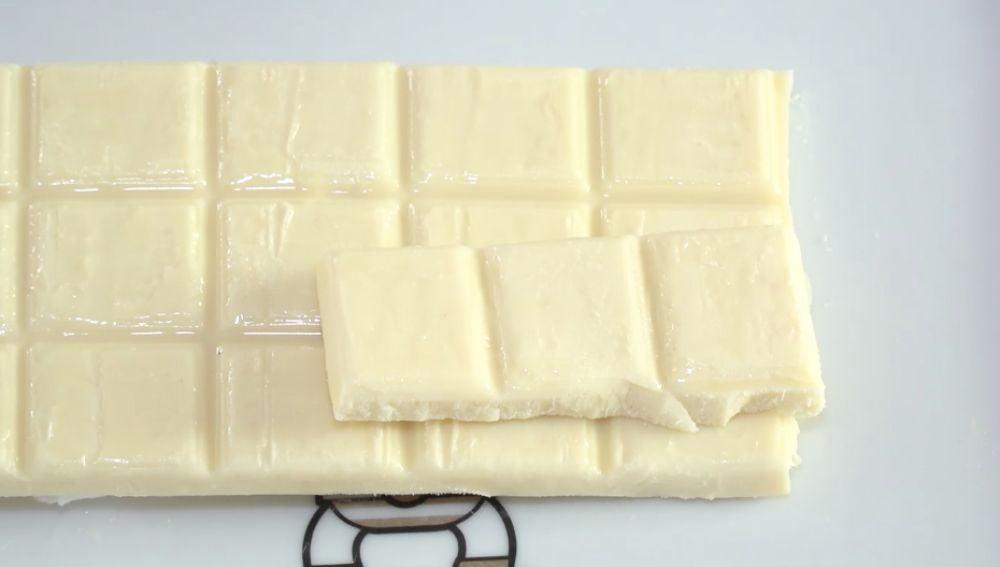 Una tableta de fudge de chocolate blanco.