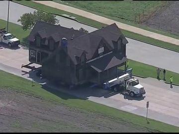 Una familia compra una casa y la traslada a su terreno con un camión