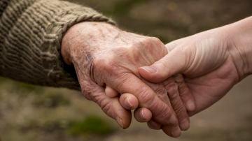 Una abuela con Alzheimer reconoce a su nieta