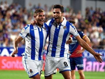 Mikel Merino y Theo Hernández celebran el gol en El Alcoraz