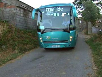 Niños y mayores comparten el autobús escolar en aldeas gallegas