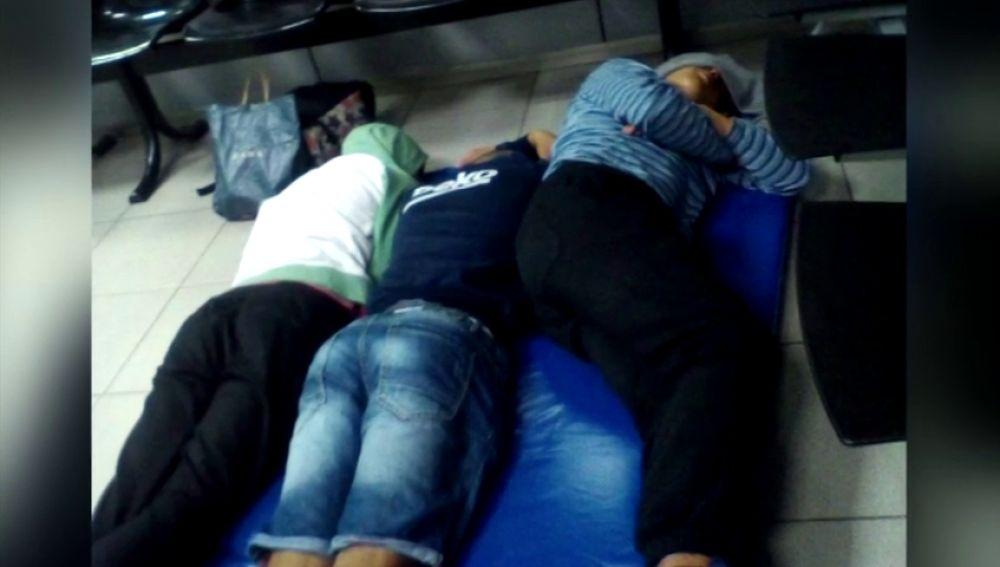 Jóvenes inmigrantes en Barcelona tiene que dormir en el suelo de la comisaría por la saturación de los centros de acogida