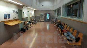 Imagen de jóvenes inmigrantes durmiendo en comisarías de Barcelona