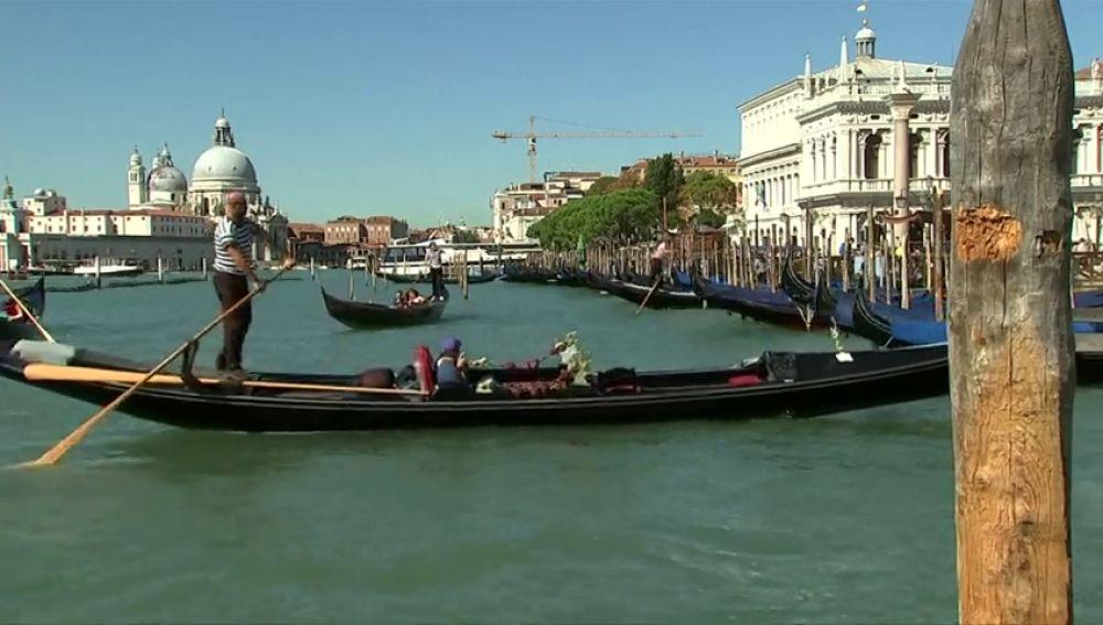 Estudian multar con hasta 500 euros a los turistas que se sienten en el suelo para comer en Venecia