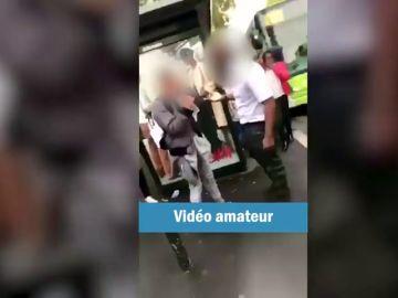 Un conductor abofetea con fuerza a un adolescente por cruzar mal la calle
