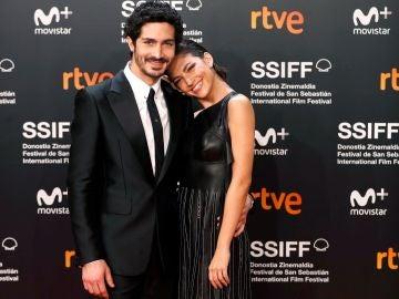 Los actores Úrsula Corberó y Chino Darín posan a su llegada a la gala de inauguración de la 66 edición del Festival Internacional de Cine de San Sebastián