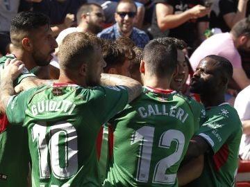 Los jugadores del Alavés celebran un gol gol en el Estadio de Vallecas