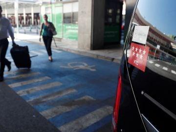 Un vehículo VTC recoge pasajeros en el aeropuerto Adolfo Suárez-Madrid Barajas