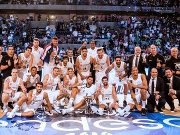 Los jugadores del Real Madrid posan con la Supercopa de Baloncesto