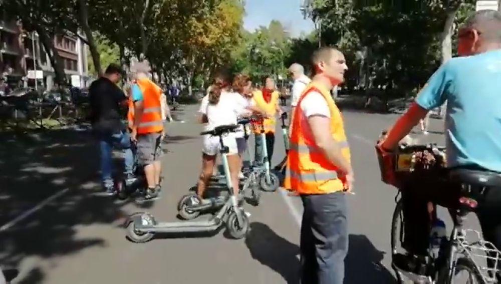 Madrid sustituye los coches por bicibletas, patines y patinetes en el tramo entre Atocha y Cibeles