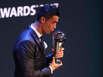 Cristiano posa con el premio The Best 2017