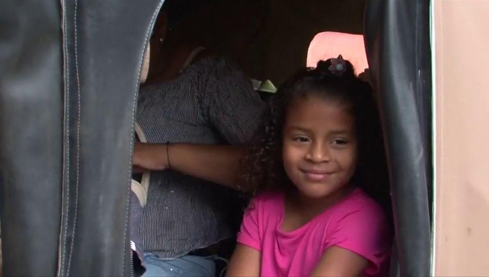 Una niña hondureña separada de su familia en la frontera de EEUU se reencuentra con ellos tras tres meses separados