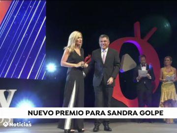 Sandra Golpe recoge el premio al mejor informativo en la gala de AQUÍtv