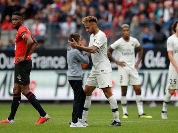 Neymar, con un niño
