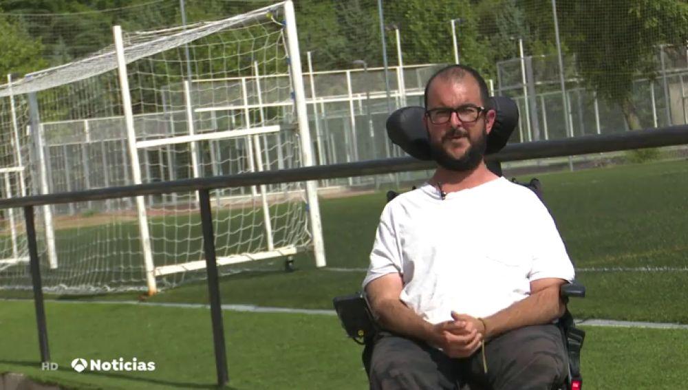 Carlos, un joven en silla de ruedas a punto de conseguir su sueño de ser entrenador de fútbol pese a los impedimentos