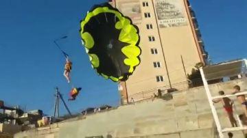 El impactante momento en el que unos turistas chocan contra el tendido eléctrico mientras practicaban paravelismo
