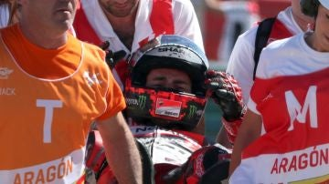 Jorge Lorenzo, retirado en camilla de la pista de Motorland