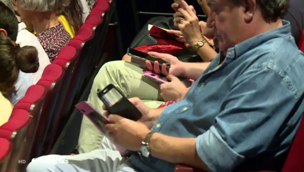 Una obra de teatro anima al público a utilizar sus móviles en mitad del espectáculo