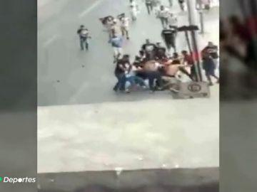 """""""¡Ay Dios mío... lo dejaron muerto ya!"""" Las impactantes imágenes del linchamiento del hincha de Tigres"""